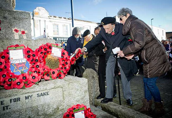 Jewish care resident and ex serviceman leonard rubenstein lays a wreath on behalf of jewish care listing