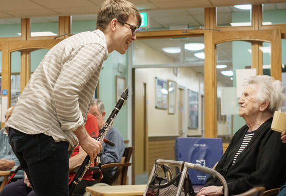 Roaming musician  luke newby with jewish care  vi   john rubens house resident  lily goldstein with wigmore hall's music for life listing